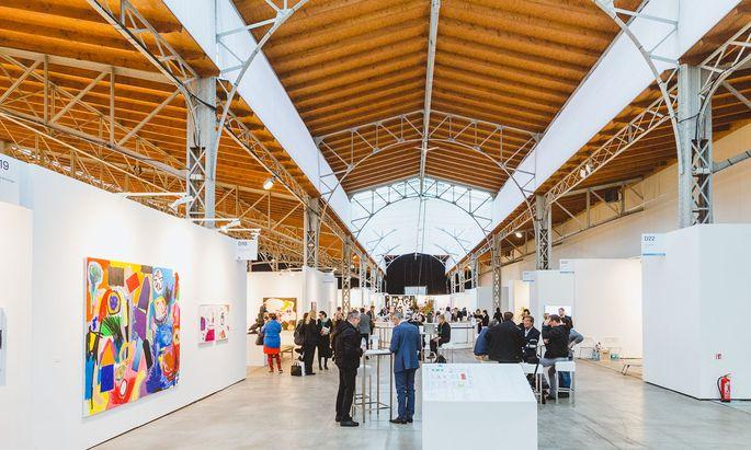 Die Messe lockt viel Publikum an. Gleich beim Stand der Galerie Krinzinger kann man sich stärken und pausieren.
