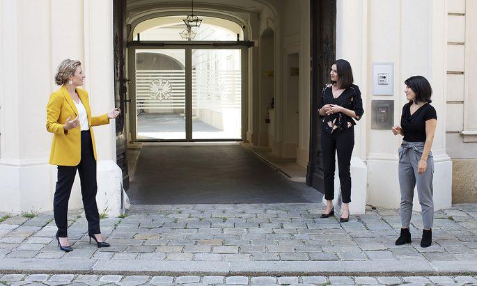 """V. l.: Susanne Raab mit den """"Presse""""-Journalistinnen Elisabeth Postl und Iris Bonavida vor dem Eingang zum Integrationsministerium im Bundeskanzleramt"""