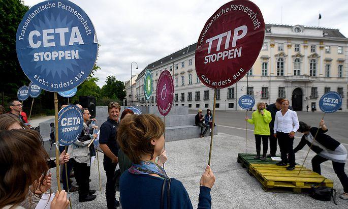 Eine Kundgebung gegen TTIP und CETA in Wien.