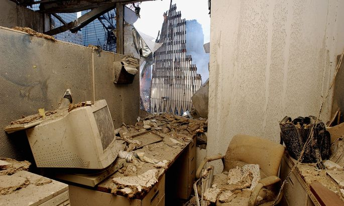 Als Terror die Wirtschaftsmacht USA ins Herz traf. Blick auf die Ruinen des World Trade Center aus einem zerstörten Büro, Tage nach dem Attentat.
