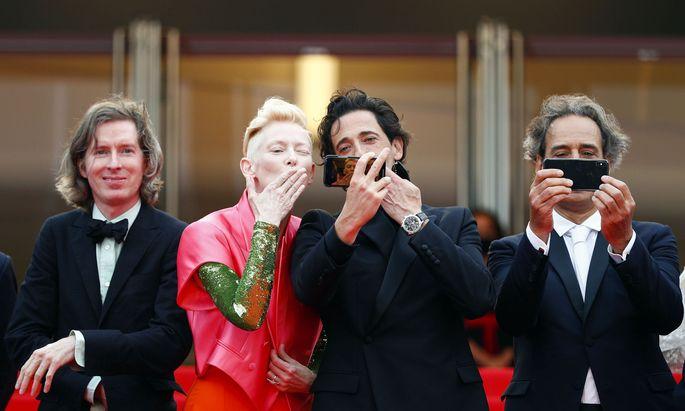 Eigentlich ist es unerlaubt, für Stars macht Cannes eine Ausnahme: Adrien Brody (2.v.r.) knipst ein Selfie mit Tilda Swinton, links lächelt Wes Anderson.