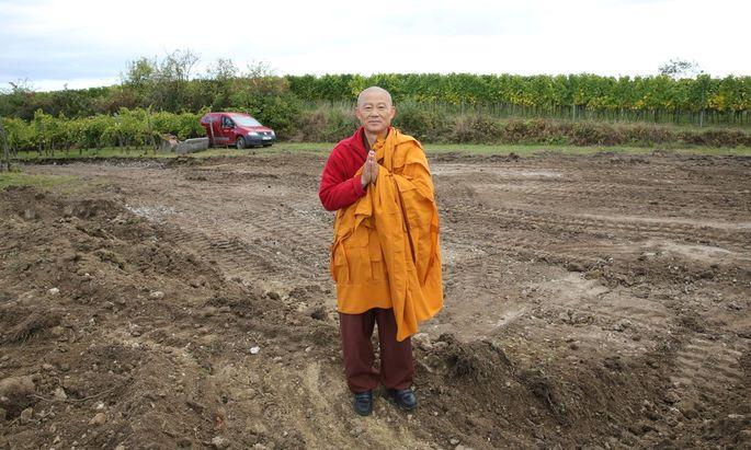 """Mönch Sunim will mit dem Stupa am Wagram """"allen Menschen und Religionen Frieden bringen""""."""