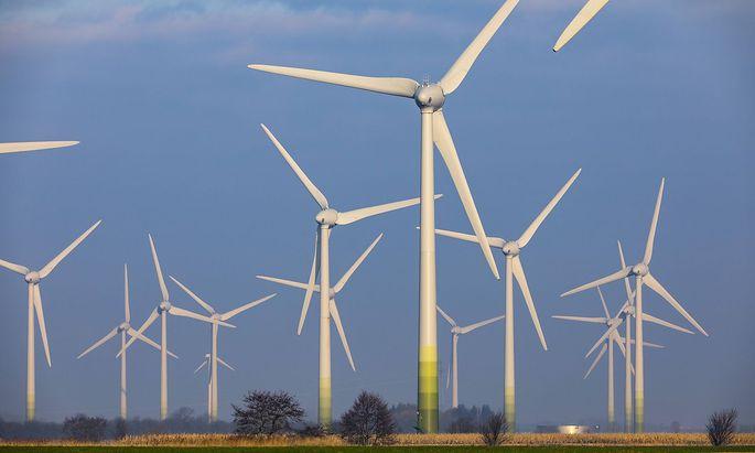 Windpark Windenergieanlagen in Ostfriesland Landkreis Aurich oestlich der Stadt Norden *** Wind