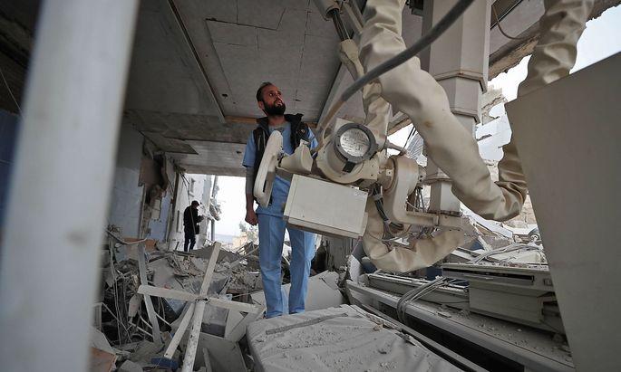 Zerstört: Im Adnan-Kiwan-Spital in Kansafrah versuchen Ärzte medizinische Geräte zu bergen.