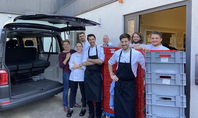Birgit Reitbauer (ganz links) mit ihrem Team, das derzeit etwas andere Menüs kocht, nämlich Mittagessen für Hilfskräfte.