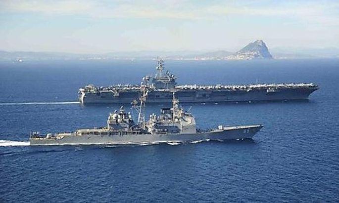 Die USS Roosevelt und der Lenkwaffenkreuzer Vicksburg vor Gibraltar, Ende März 2015