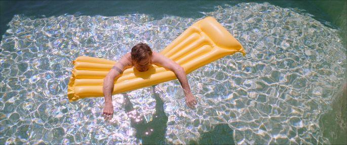 """Nicht jeder kann sich in Krisenzeiten auf die faule Haut legen wie der Konzernerbe Neil (Tim Roth) in Michel Francos """"Sundown"""" – auch nicht auf dem Lido."""
