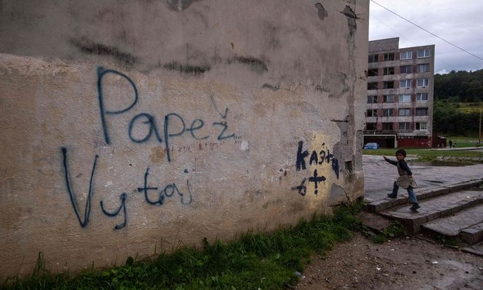 """""""Willkommen, Papst!"""" steht auf dieser Wand in der großen Roma-Siedlung Lunik IX, die Franziskus am Dienstag besuchen will."""
