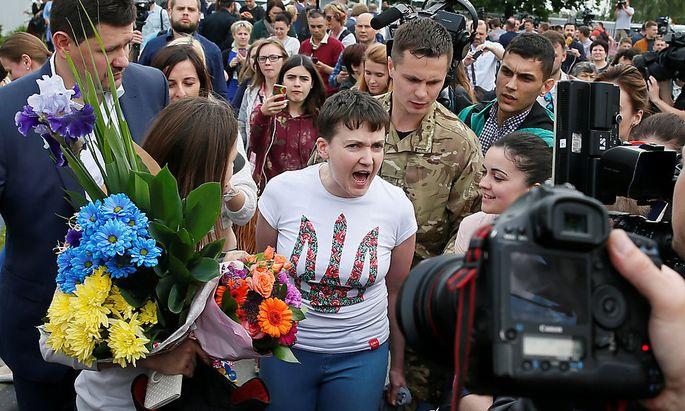 Die Kampfpilotin nach ihrer Ankunft am Kiewer Flughafen.