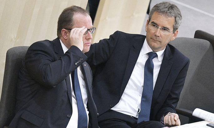 Finanzminister Hartwig Löger (ÖVP) und Staatssekretär Hubert Fuchs (FPÖ) haben sich schlussendlich geeinigt.