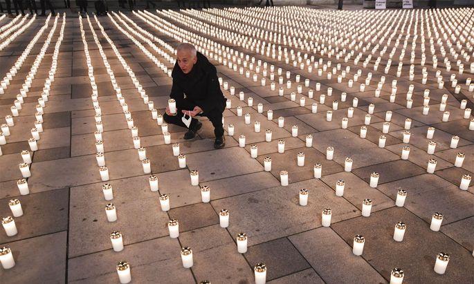 5127 Menschen sind in Österreich bis Freitagfrüh an den Folgen einer Corona-Infektion gestorben. Genauso viele Kerzen brannten am Nachmittag am Wiener Stephansplatz.