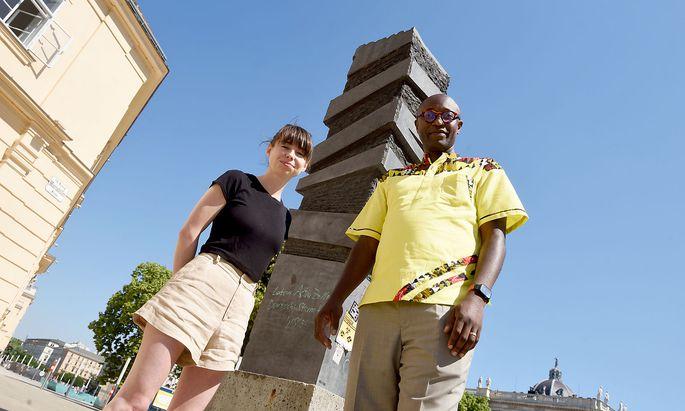 Alina Strmljan und Simon Inou vor dem Omofuma-Gedenkstein neben dem MQ.