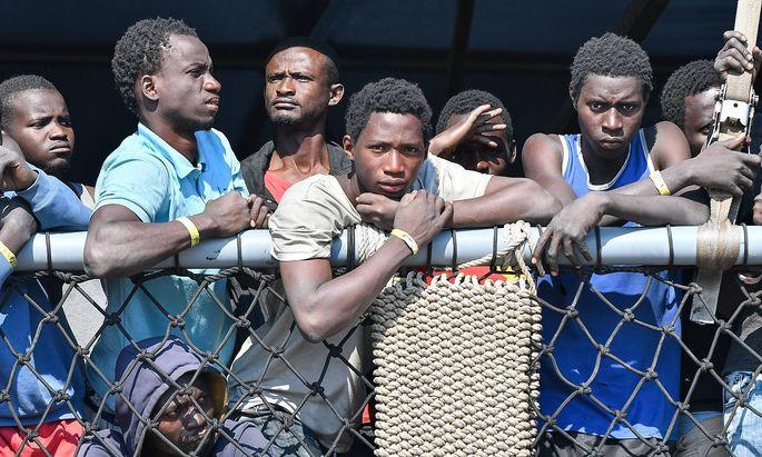 Viele Flüchtlinge, die in Italien ankommen, sind zwischen 15 und 17 Jahre alt.