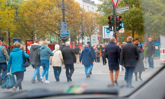 Achtung. Bei Rot über die Straße gehen: Das halten Fußgänger zwischen Saigon und Berlin sehr unterschiedlich von locker bis überkorrekt.