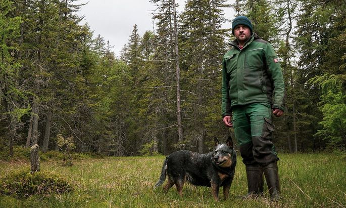 Bauer Christian Bachler mit seinem Hund Nessi