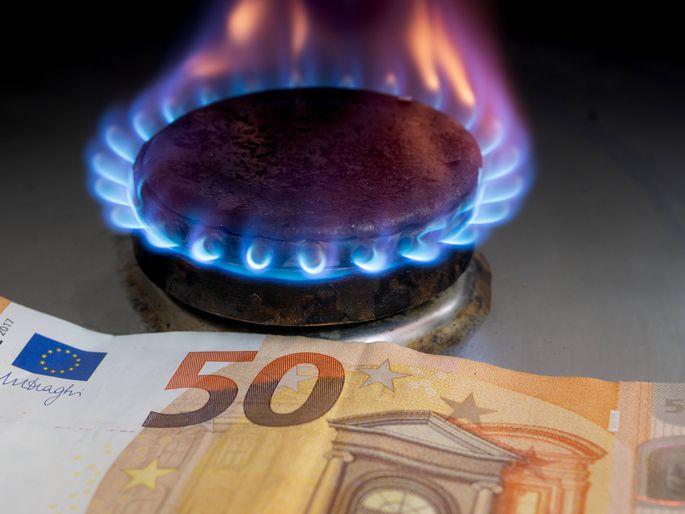 Flamme eines Gasherdes Euro Schein im Hintergrund