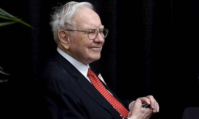 FILE PHOTO: Berkshire Hathaway CEO Warren Buffett plays bridge during the Berkshire annual meeting weekend in Omaha, Nebraska