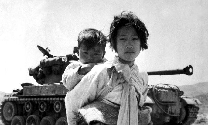 Flüchtende im Koreakrieg im Jahr 1951. Es war das Jahr, in dem die Genfer Flüchtlingskonvention, zunächst nur für Europa, entstand.