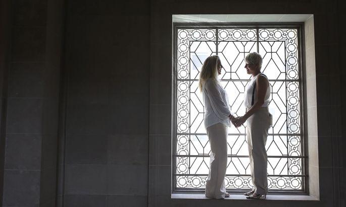Der VfGH hatte festgelegt, dass es ab 2019 keine rechtlichen Unterschiede mehr zwischen homo- und heterosexuellen Partnerschaften geben darf.