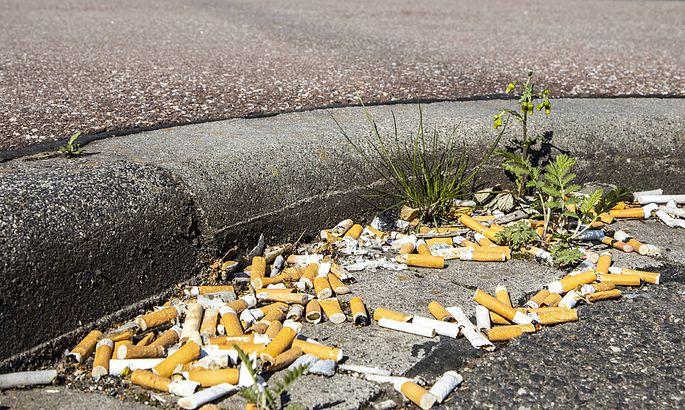 Viele Zigarettenkippen aufgeraucht am Bordstein auf einem Parkplatz die Filter gelten als grosse