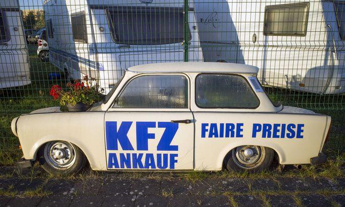 Eine halbe Autokarosserie von einem Trabant P601 steht vor dem Gelaende eines Gebrauchtwarenhaendler in Rostock. ROSTOCK