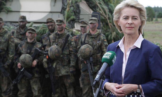 Die deutsche Verteidigungsministerin Ursula von der Leyen (Archivbild) muss einigen Fragen nachgehen.