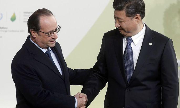 Der französische Präsident Francois Hollande begrüßt beim Weltklimagipfel in Paris den chinesischen Präsidenten Xi Jinping.