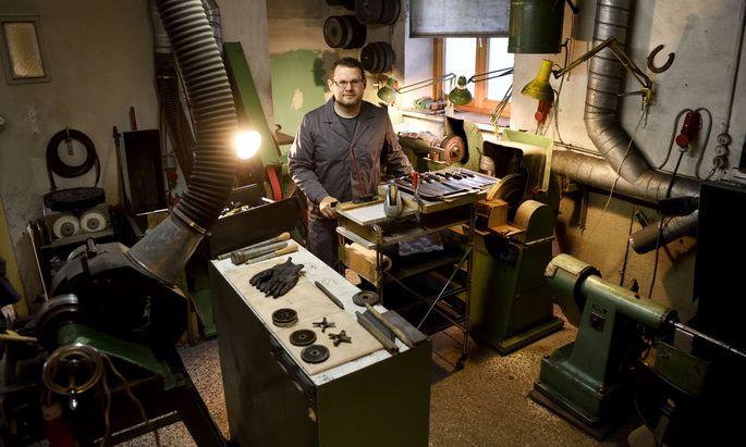 Andreas Lorenzi in seiner Werkstatt, umgeben von den altgedienten Maschinen seiner Großmutter Rosa.