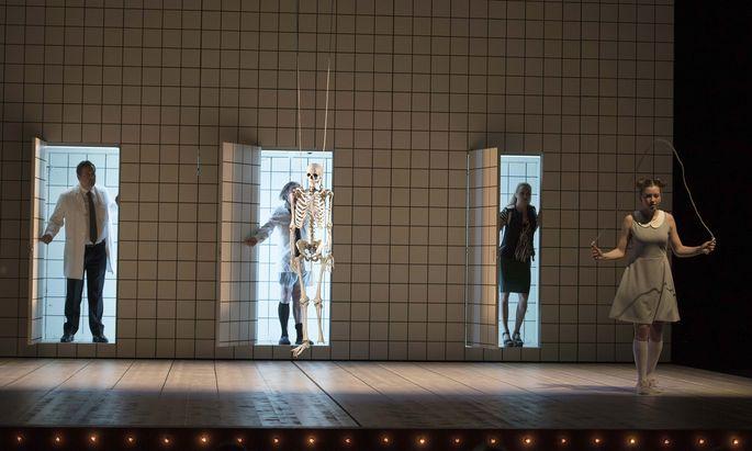 Im Schlachthaus: Christoph Wieschke, Walter Sachers, Britta Bayer, Nikola Rudle in einer Inszenierung, die Horváths Maximen meist gerecht wird.