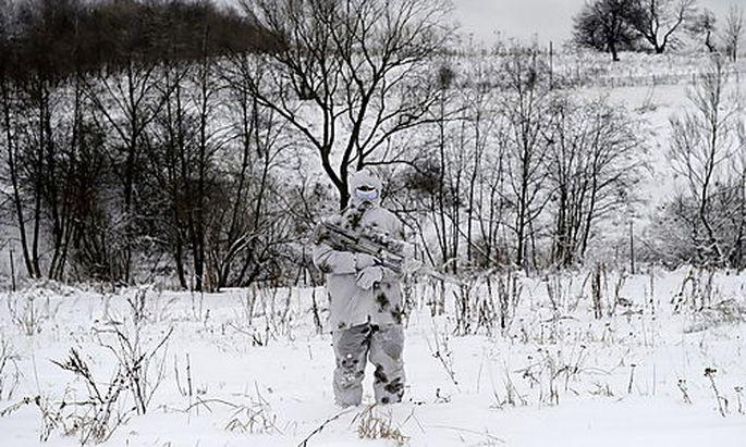 Polnischer Scharfschütze im Wintermanöver