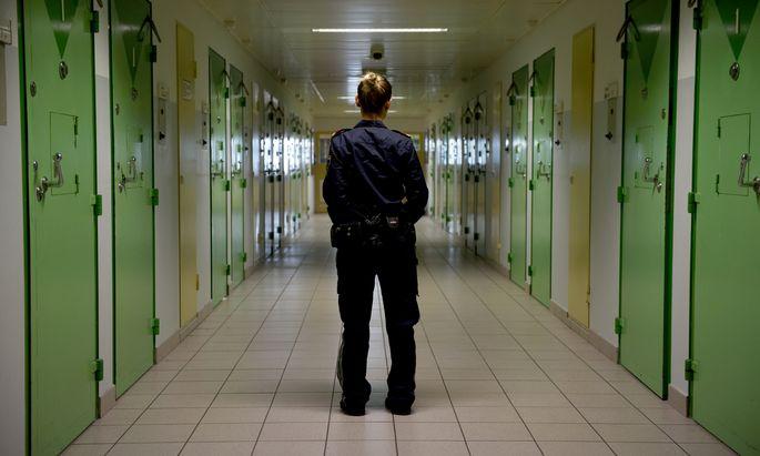 Immer wenn Justizwachebeamte die Zellen der Gefangenen durchsuchen, werden Mobiltelefone in diversen Verstecken gefunden.
