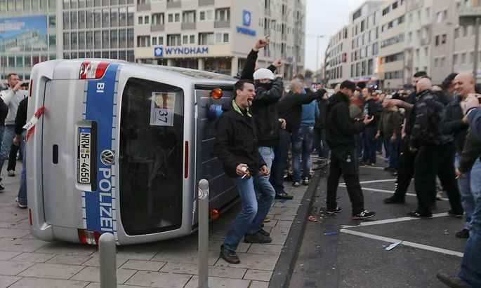 In Köln sah sich die Polizei mindestens 2500 gewaltbereiten Hooligans gegenüber.