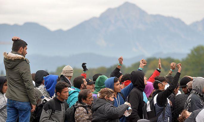 Wartene Migranten beim Grenzübergang Freilassing
