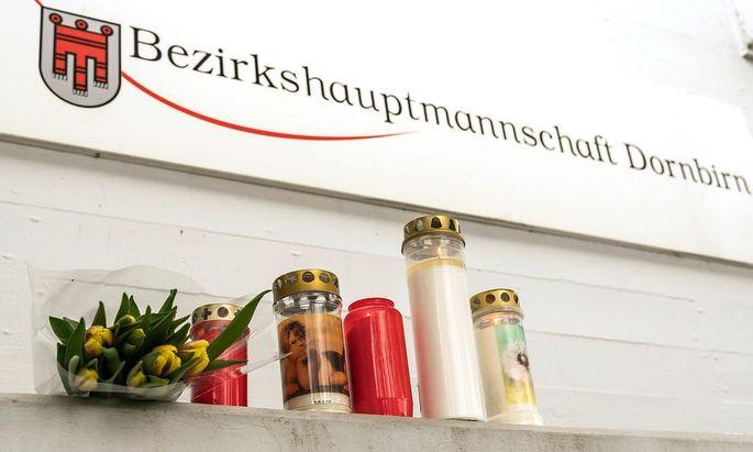 Kerzen und Blumen nach der Bluttat bei der Bezirkshauptmannschaft Dornbirn
