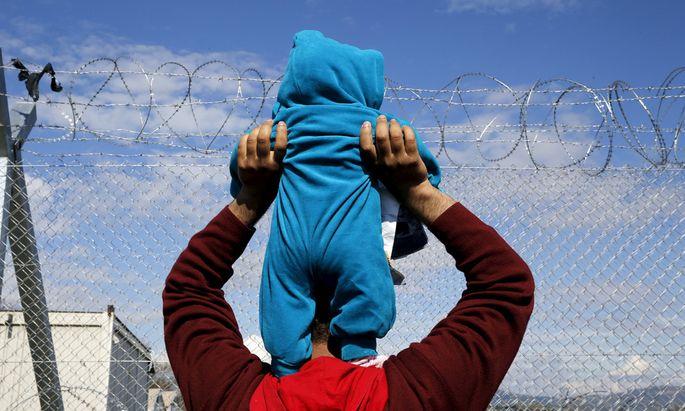 Gestrandet zwischen Österreich und Ungarn? Budapest weigert sich, Flüchtlinge zurückzunehmen. Für die Pläne der Koalition ist das problematisch.
