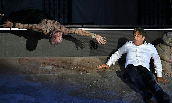 Die Gegenwart: Peter Lohmeyer als 'Tod' und Tobias Moretti als 'Jedermann'.