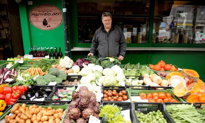 Der Obst- und Gemüseverkäufer Roland Schätzl ärgert sich über die neue Registrierkassenpflicht.