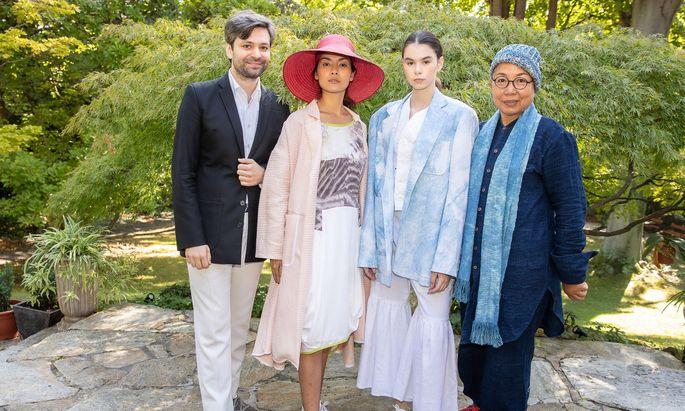 Stoffe von Lenzing treffen asiatische Techniken: Gabriel Baradee (Shakkei) und Aruniak Suits-Sapa (Munzaa, r.) präsentierten in der Residenz der thailändischen Botschaft ihre Kooperation.