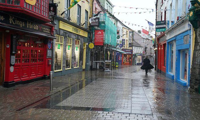 Leere Straßen in Galway: Sechs Wochen lang dürfen sich die Iren nur in einem Radius von 5 km um ihr Haus bewegen.