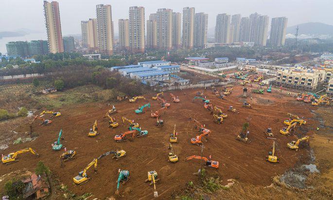 Krankenhausbau im Blitztempo: Dutzende Bagger auf einer Baustelle in Wuhan, wo innerhalb kurzer Zeit eine Klinik mit 1000 Betten in die Höhe wachsen soll. Die bestehenden Spitäler können die vielen Erkrankten nicht aufnehmen.