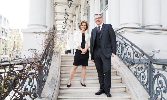 Chefin Karin Pühringer und Autor Günter Fuhrmann erkunden die Geschichte des Palais Coburg.