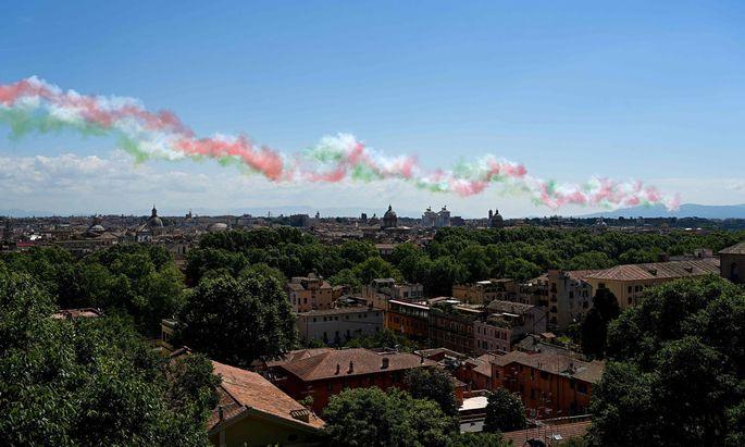 """Der Rauch der Kunstflugstaffel Frecce Tricolori verzieht sich am 2. Juni, dem """"Festa della Repubblica"""", über Rom."""