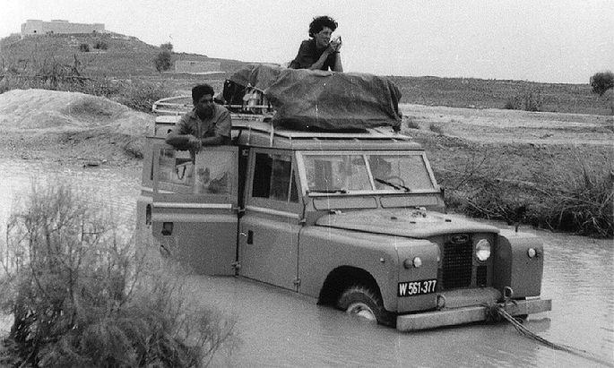 Auf einer von Karl Heinz Rechingers Fahrten (damals, 1965, Direktor des Naturhistorischen Museums) ins Iranische Hochland blieb der NHM-Landrover stecken. Auf dem Gepäckträger sitzt eine Wissenschaftlerin aus Edinburgh, die sich der Expedition angeschlossen hatte.