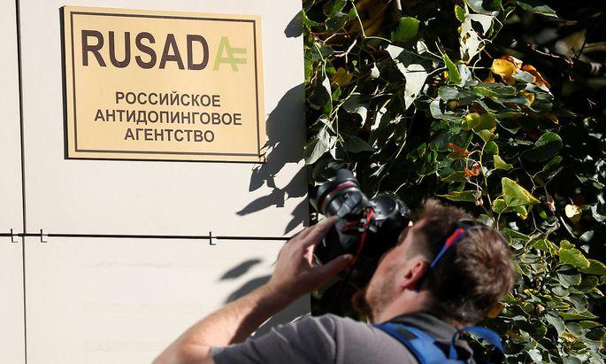 Ein Fotograf nimmt das Rusada-Schild in Visier