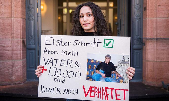 Protest der Tochter eines Regimeopfers vor dem Gericht in Koblenz.