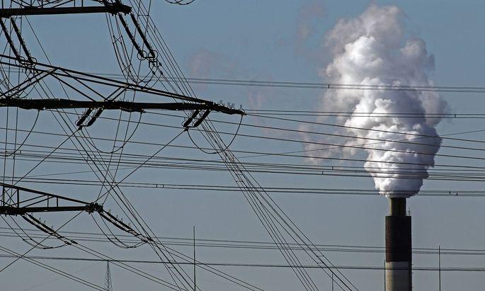 Qualmende Schlote im Ruhrgebiet Der Kamin des Muellheizkraftwerks Essen Karnap von dem Betreiber RWE mit intensiver Emis