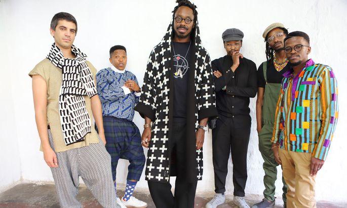 Inmitten der Band The Ancestors: Shabaka Hutchings (im schwarzen Mantel mit Kreuzen), aufgewachsen in Barbados, zentrale Figur des neuen Jazz aus London, entdeckt den Afrozentrismus des Sechzigerjahre- Freejazz neu.