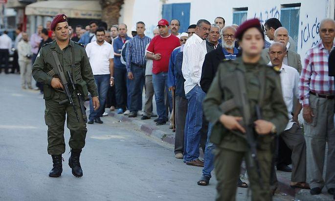 Lange Schlangen bildeten sich vor den Wahllokalen in Tunis.