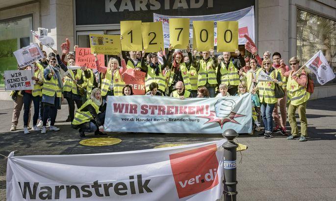 Mitarbeiter von Karstadt Sport in Berlin Steglitz beim Warnstreik.