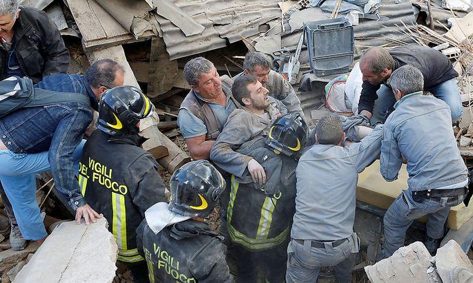Viele Menschen können aus den Trümmern gerettet werden, wie dieser Mann in Amatrice.